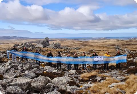 Bandera Argentina flameo en Malvinas en manos de intendente bonaerense en reclamo de soberanía