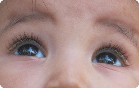ojos bebe viendo al cielo