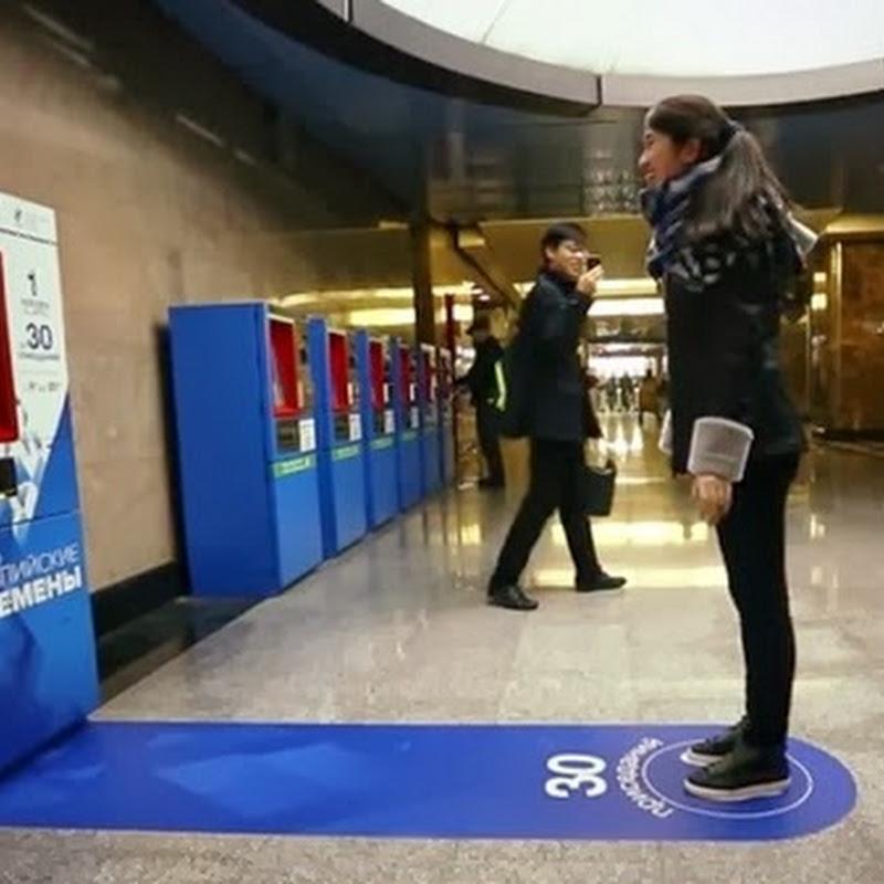 Regalan pasaje para metro a cambio de 30 sentadillas