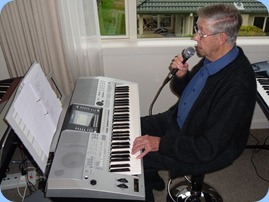 Michael Bramley giving the Yamaha PSR-910 a go using the vocalizer to sing along with the chords