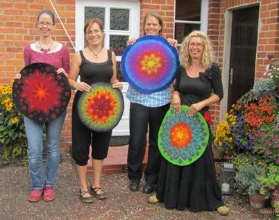 Strahlende Frauen und leuchtende Tischblüten