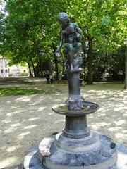 2014.08.03-066 fillette à la coquille dans le parc de Bruxelles