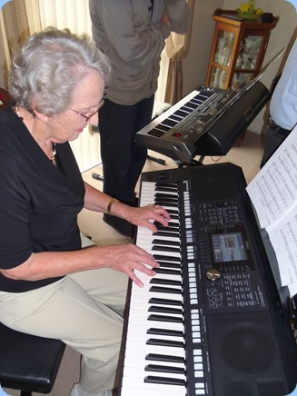 Phyl Briscoe trying out the Yamaha PSR-S950