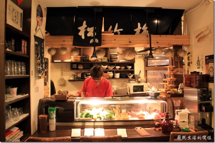 台南【酒河豚】居酒屋的廚房。