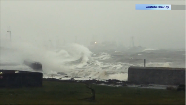 Waves from extreme storm Xaver hit Britain on 5 December 2013. Photo: havley / YouTube