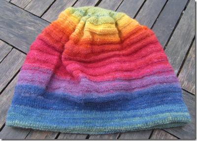 Mütze aus pflanzengefärbter handgesponnener Regenbogenwolle