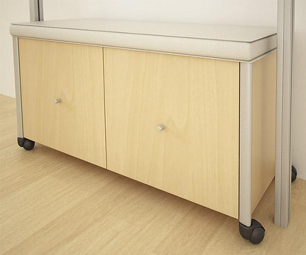 Taburete con ruedas de madera de maple o melamina, con dos cajones o puertas con asiento superior.