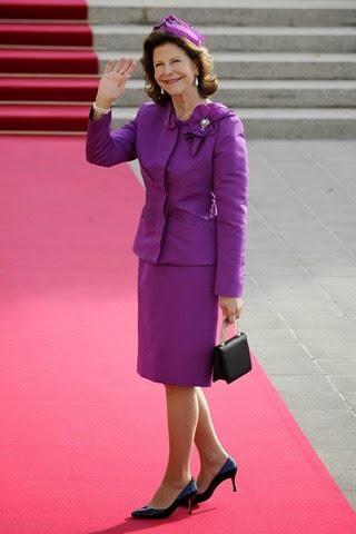 La reina Silvia de Suecia saluda a