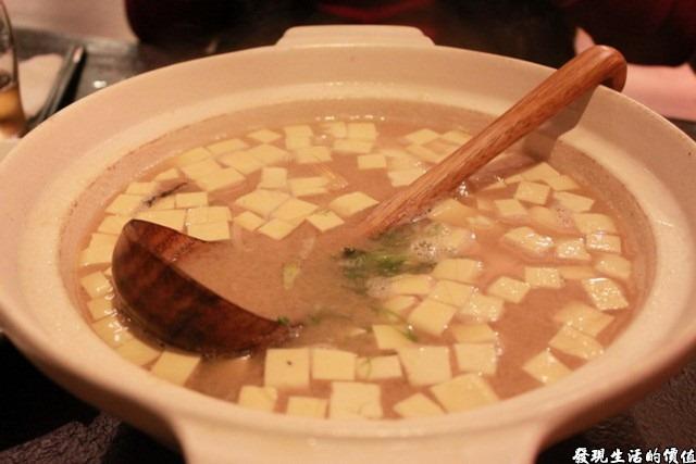 台南-花川日本料理。最值得的就是這碗味噌湯了,用前面的烤魚的鮮魚頭加豆腐作成,足夠4~5人的份量,湯頭雖然稍微清淡了點,但正合我們的口味,同桌的兩個女人都說「讚」!