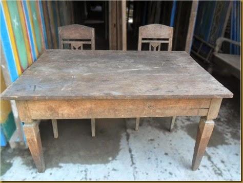 Meja dan Kursi  jadul, nuansanya khas pedesaan banget