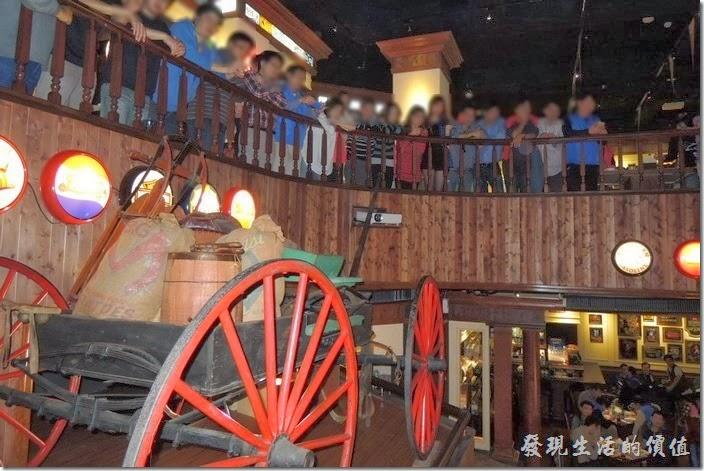 台北-佩斯坦咖啡館。哇!一堆人正圍在二樓的欄杆,正在聆聽大家長講古。