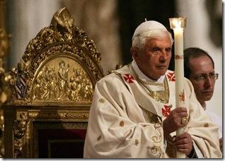 Bento XVI segurando vela