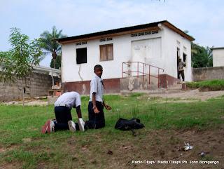 Des élèves punis par la direction de discipline le 30/11/2011 à l'école d'application à Kinshasa- Binza-UPN. Radio Okapi/ Ph. John Bompengo