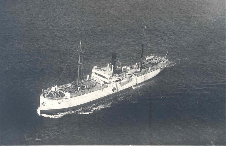 Impresionante documento aéreo del CASTILLA navegando durante la campaña de Marruecos con los colores de buque hospital. (Archivo Manuel Rodríguez Aguilar).jpg