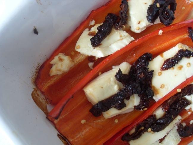 Ovnbagte peberfrugter med chili, feta og soltørrede tomater