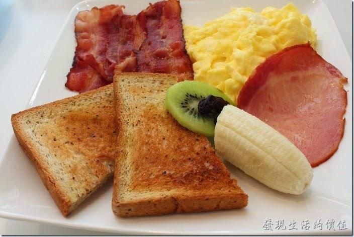台南-看見咖啡(Vedere)早午餐。經典早午餐,NT$200。有三條培根、一份炒蛋、一片火腿、一片奇異果、半截香蕉,兩片烤過的對切薄吐司,是一份非常豐盛的早餐。炒蛋軟嫩軟嫩的很好吃