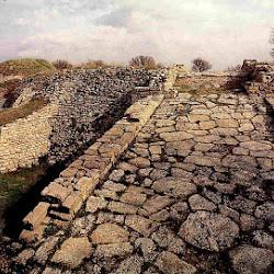 02.- Tramos de muralla y calzada de Troya