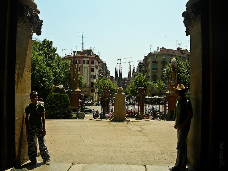 Госпиталь Святого Креста и Святого Павла. Барселона. Испания. Если оглянуться, хорошо видно, что до собора - рукой подать.
