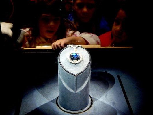600px-Hope_Diamond_Smithsonian