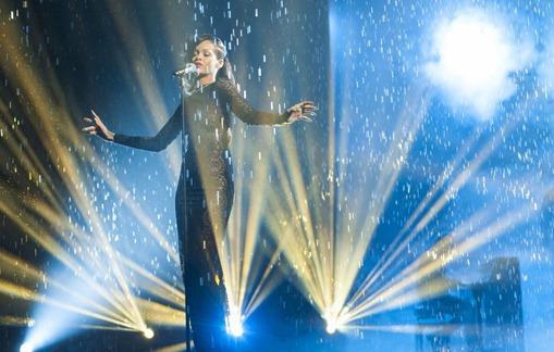 Rihanna-s-Diamonds-X-Factor-raining-performance-rihanna-32879107-2560-1600