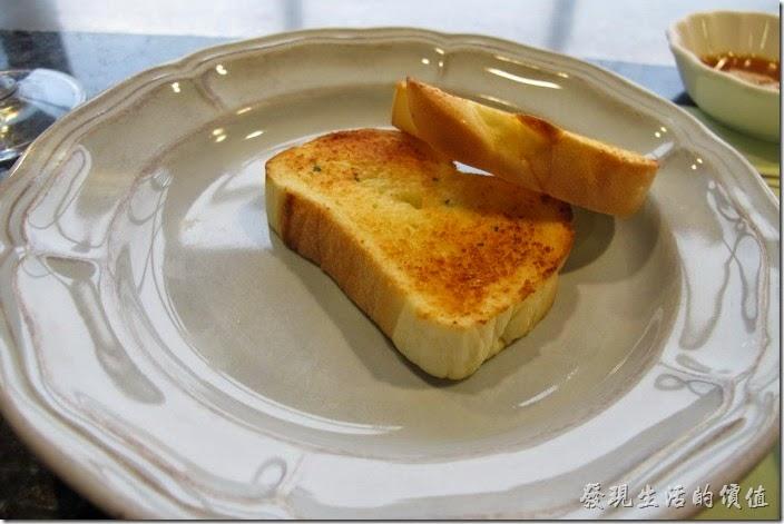 台南-上品鐵板燒餐廳。另外還付了兩片烤過的土司麵包。
