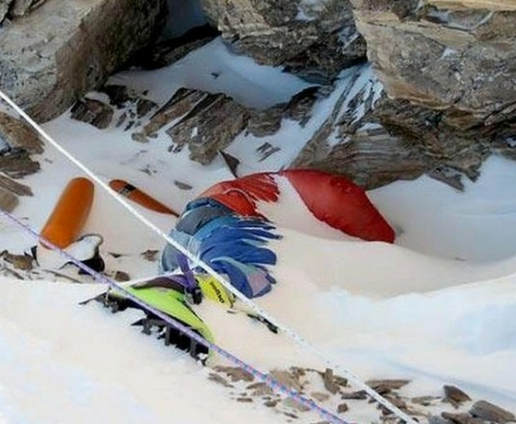 circa 50 persone che si preparano scalatori della stagione, sono stati  colpiti dalla valanga a più di 20.000 piedi (appena sopra il campo base in