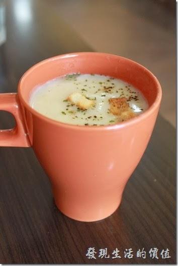 台南-Season_Cafe。我們分別點了一杯果汁(柳橙汁)與一杯濃湯(馬鈴薯濃湯),個人推薦馬鈴薯濃湯,比果汁好喝,大概是天氣冷的關係吧。