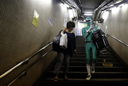 Tadahiro Kanemasu ajuda usuário a descer objetos pelas escadarias
