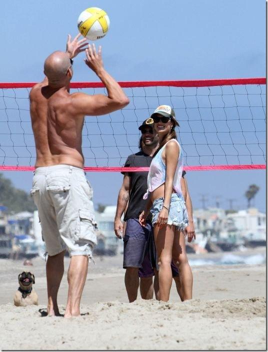 alessandra-ambrosio-volleyball-2d2023
