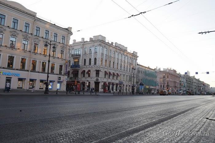 Невский проспект утром