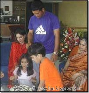 Sachin, Anjali, Sara, Arjun and Sudha Tendulkar celebrate at