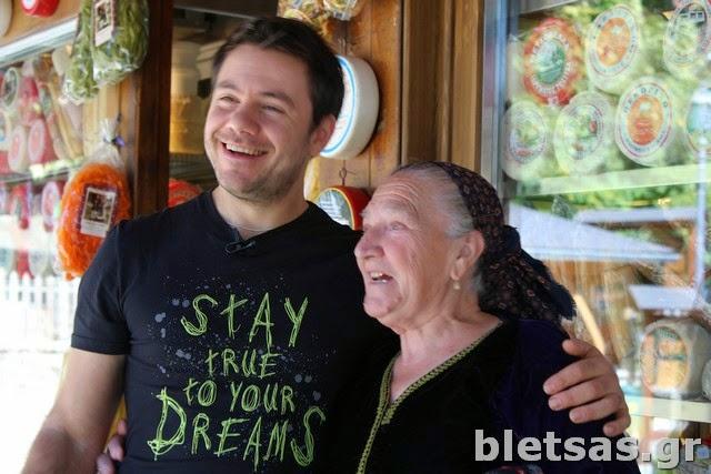 Η κυρία Παρασκευή με την οποία είχαμε Μαγειρέψει για την εκπομπή Η Κουζίνα της Μαμάς το 2005.