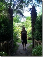 2012.08.01-005 Stéphanie dans le jardin exotique