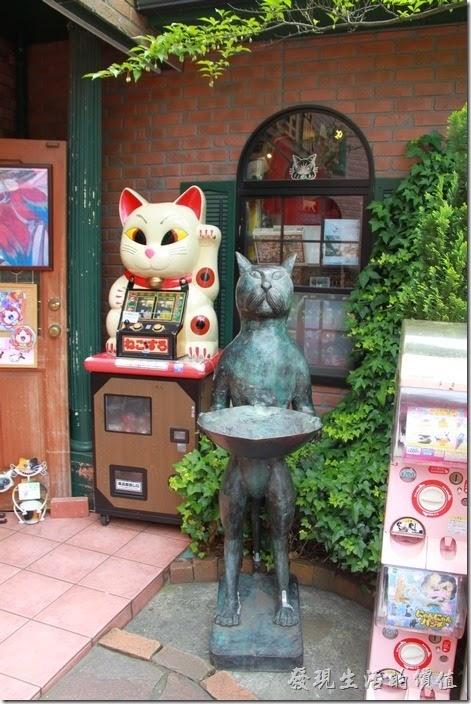 日本北九州-由布院街道。在貓咪藝品店的前面,還有一隻人形的大貓咪,這很像「貓的報恩」的場景。