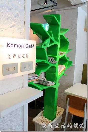 台南-小莫里。這個樹狀的書架屏風把餐廳大致上隔成兩部份,這裡還提供USB充電區,就甘心!
