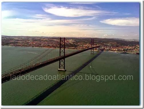 Ponte 25 de Abril, anteriormente chamada Ponte Salazar, ligando as cidades de Almada e Lisboa, Portugal