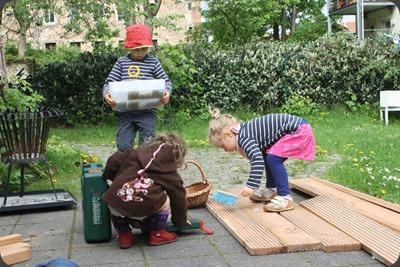 Die Kinder bei der Arbeit am Hochbeet