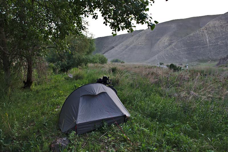 Locul de cort din seara asta, la marginea paraului secat.