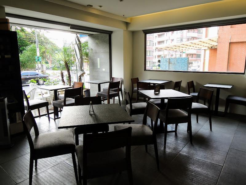 一進入哈亞極品咖啡 Haaya's Coffee 左側座位區.jpg
