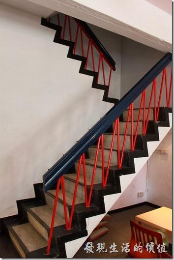 台南-mumu小客廳早午餐。我個人蠻喜歡這個黑色的樓梯服手配上紅色的欄杆,非常有視覺效果。