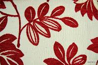 Tkanina obiciowa z efektem metalicznym w kwiaty. Biała, czerwona.