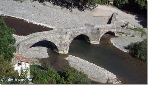 Burgui - Vista del puente medieval desde el cerro del castillo