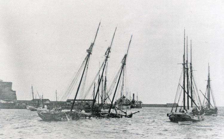 1924. El pailebote ALFREDO hubdido en Melilla. Foto del libro LOS ULTIMOS VELEROS DEL MEDITERRANEO. TORREVIEJA MARINERA. Tomo II.jpg