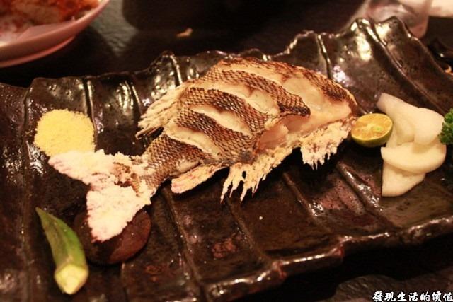 台南-花川日本料理。這就是那條價值NTD500元的不知名的烤魚,烤得真的很不錯,但就是太小一尾了,魚頭其前半部拿去作成了味噌湯,所以看不到其廬山真面目,總之最後都在我們的五臟廟內集合就是了。