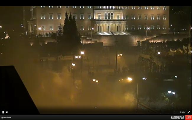 Βουλή: Σοβαρά επεισόδια έξω, απεργία μέσα (live video)
