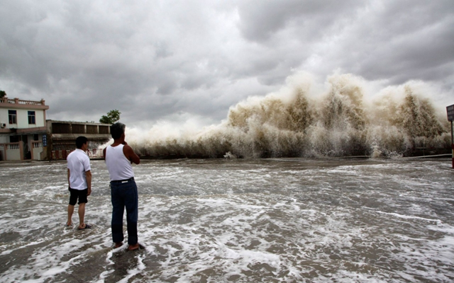 People watch waves hit the shores as Typhoon Usagi approaches in Shantou in Guangdong province on 22 September 2013. Photo: Reuters