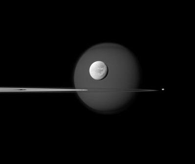 quatro luas ao redor dos anéis de Saturno