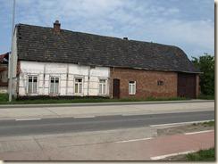 Kortessem, Hasseltsesteenweg, hoek met winkelstraat: een hoeve met vakwerkwoning