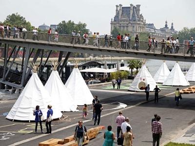Tendas instaladas na nova passarela no dia da inauguração (Foto: Charles Platiau/Reuters)