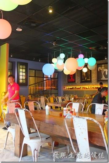 墾丁-冒煙的喬雅客商旅。「夢露壽司」餐廳內天花板上色彩繽紛的泡泡糖氣泡燈飾,讓餐廳更添色彩。